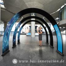 Bannerbow-BAS-Praesentation-Auto-Autohaus-Audi-Produktpraesentation-Display-Bogen-Rollup-Werbung-bedruckt-Print-Drucken-Innenraum-Raumgestaltung-Werbeflaeche-1