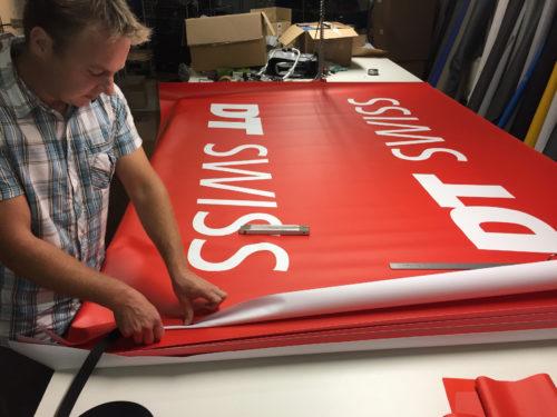 Mann stellt einen Banner her