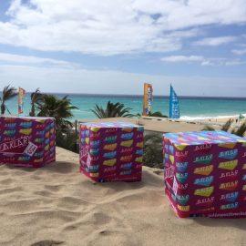 Faltbare bedruckte Sitzwürfel am Strand