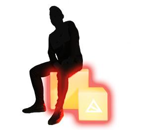 Person auf leuchtenden Sitzwürfeln