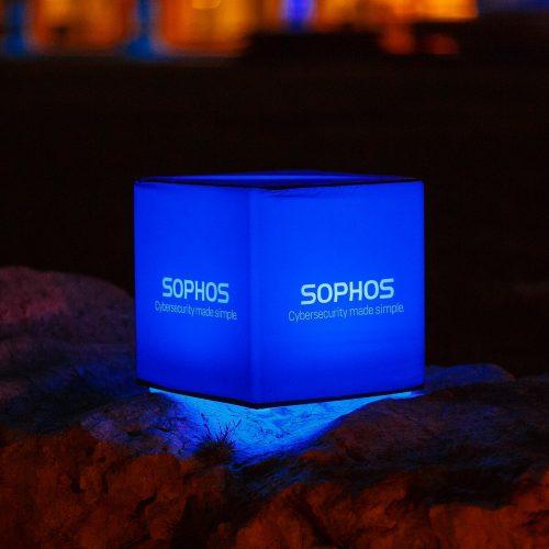 Blau leuchtender Sitzwürfel mit Sophos-Logo
