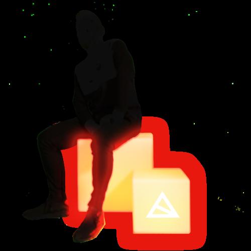 Person sitzt auf leuchtendem Sitzwürfel