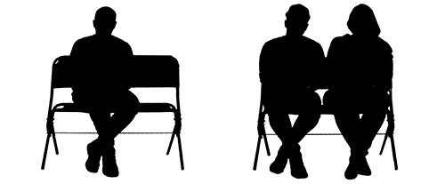 Personen sitzend auf Werbebank