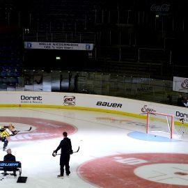 Bedruckte Werbebank auf Eishockeyfeld