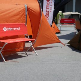 Bedruckte orange Logobank vor orangem Zelt