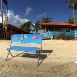 Bedruckte Sitzbank am Strand