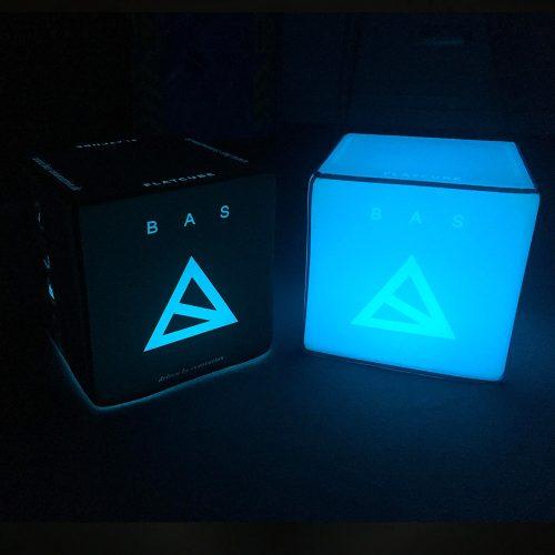 Blau beleuchteter Sitzwürfel mit Bas-Innovation-Logo