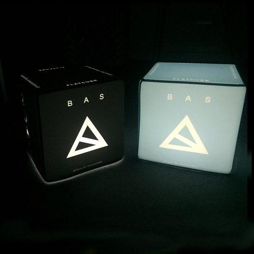 Schwarzer beleuchteter Sitzwürfel mit Bas-Innovation-Logo