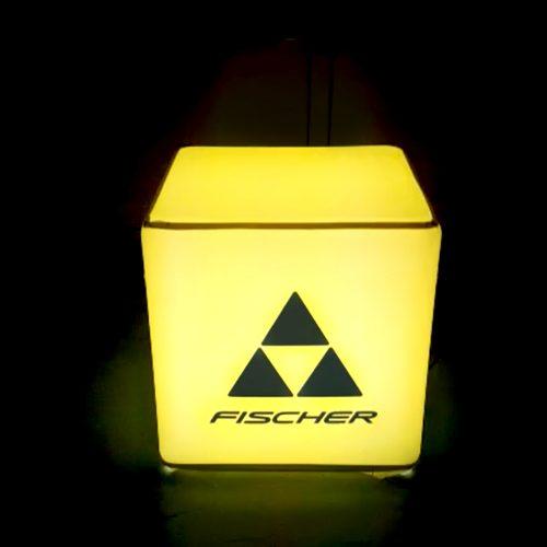 Gelb leuchtender Sitzwürfel mit Fischer-Logo