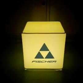 Gelb beleuchteter Sitzwürfel mit Fischer Logo