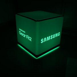 Grün beleuchteter Sitzwürfel mit Samsung Logo