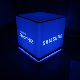 Blau beleuchteter Sitzwürfel mit Samsung Logo