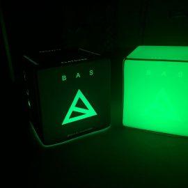 Grün beleuchteter Sitzwürfel mit Bas Logo