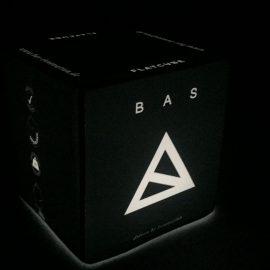 Weiß beleuchteter Sitzwürfel mit Bas Logo