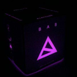 Pink beleuchteter Sitzwürfel mit Bas Logo