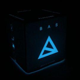 Blau beleuchteter Sitzwürfel mit Bas Logo