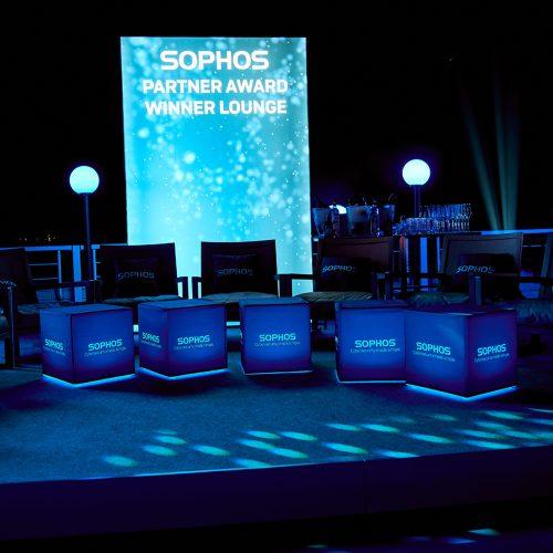 Mehrere beleuchtete Sitzwürfel von Sophos