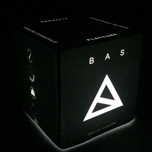 Weiß leuchtender Sitzwürfel mit Bas Logo