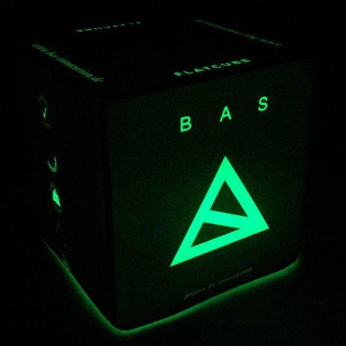 Grün leuchtender Sitzwürfel mit Bas Logo