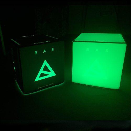 Grüne beleuchtete Sitzwürfel mit Bas-Innovation-Logo