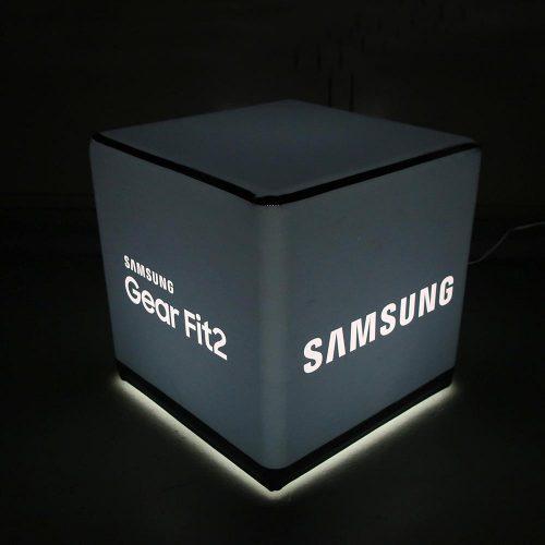 Schwarz beleuchteter Sitzwürfel mit Samsung Logo