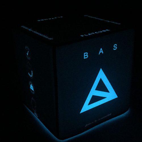 Blau leuchtender Sitzwürfel mit Bas Logo