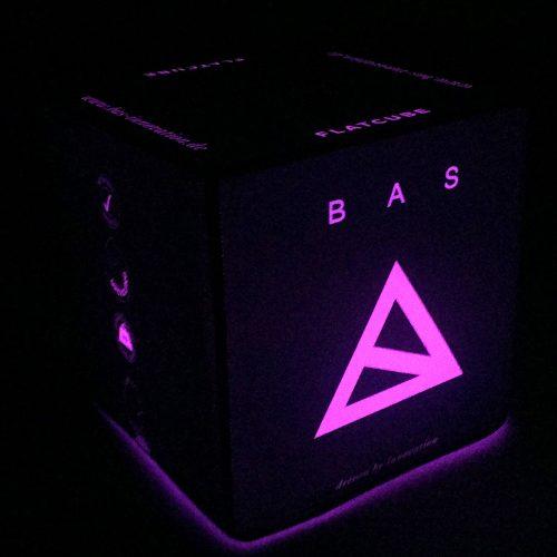Pink leuchtender Sitzwürfel mit Bas Logo