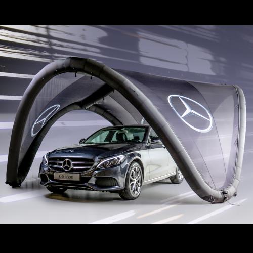 schwarzes aufblasbares Eventzelt mit Mercedes Logo in dem ein Auto steht