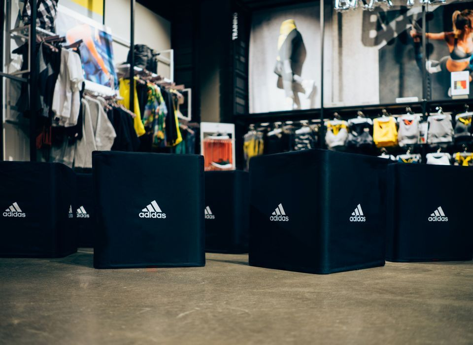 Schwarze Sitzwürfel mit Adidas Logo