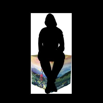 Skizze von Mensch auf bedrucktem Schaumstoff-Sitzwürfel sitzend