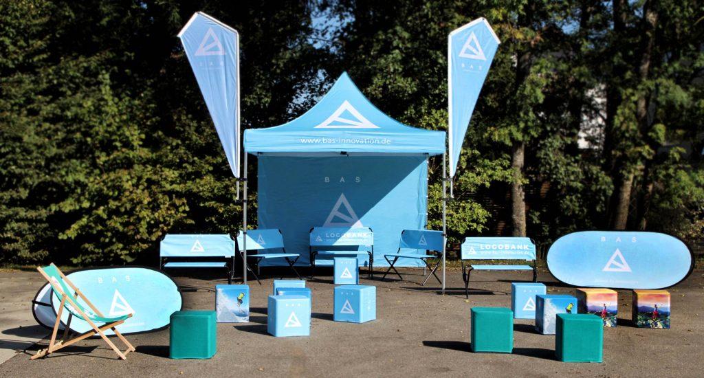 Faltzelt-Logobank-Beachflag-Flatcube-Liegestuhl