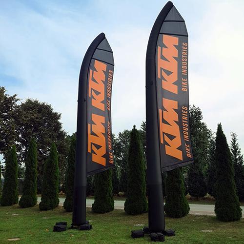 zwei schwarze Airflags mit KTM Logos