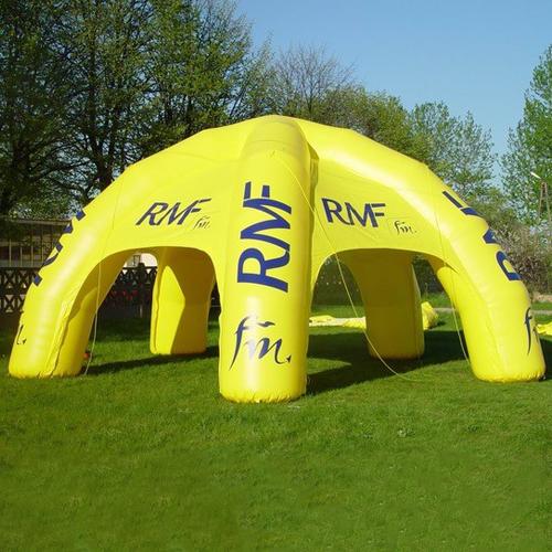 gelbes aufblasbares Zelt 4x4 mit RMF Logo