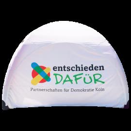 weißes Eventzelt mit Logo der Demokratie Köln