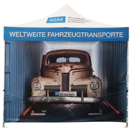 Logotent in dem ein altes Auto geparkt ist