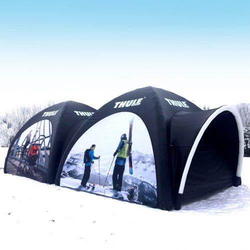 Aufblasbares Eventzelt mit Skifahrern bedruckt auf Schnee
