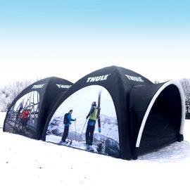 Eventzelt pneumatisch mit Skifahrern bedruckt auf Schnee