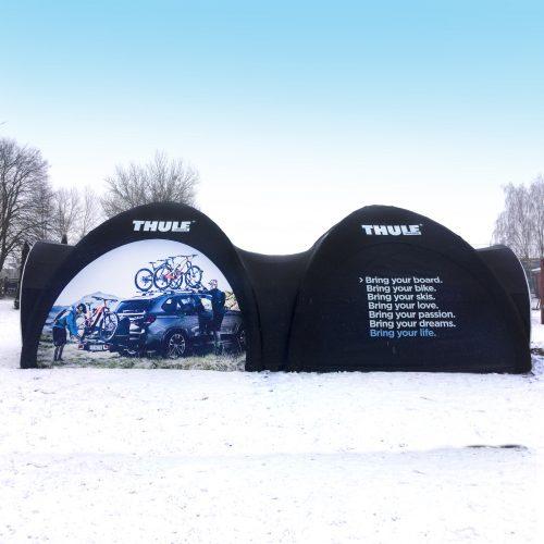 Pneumatische aufblasbare Zelte bedruckt auf Schnee