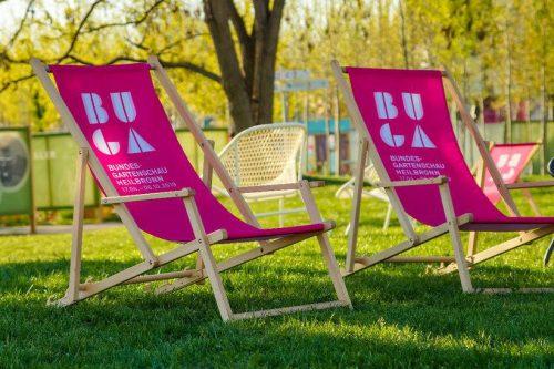 Bedruckte Liegestühle in pink