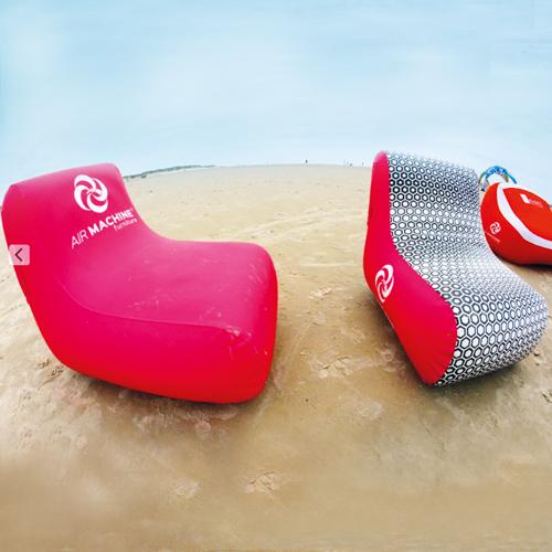 zwei pinke aufblasbare Sessel am Strand