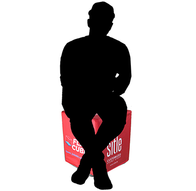 Skizze von Mensch der auf faltbarem und bedrucktem Sitzwürfel in rot sitzt