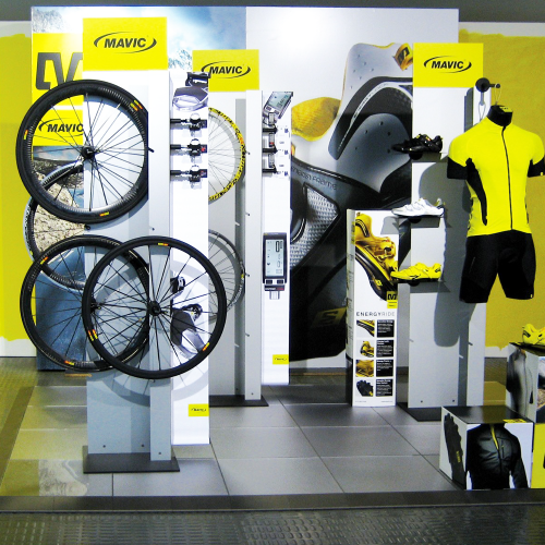 Fahrrad-Produkte auf einem Promodek