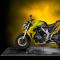 gelbes Motorrad steht auf Promodek