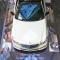 Weißes Auto steht auf Promodek