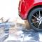 Nahaufnahme von Promodek auf dem ein rotes Auto steht