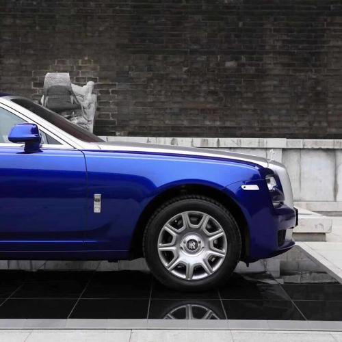 Blaues Auto steht auf Promodek