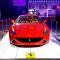Rotes Auto steht auf Promodek