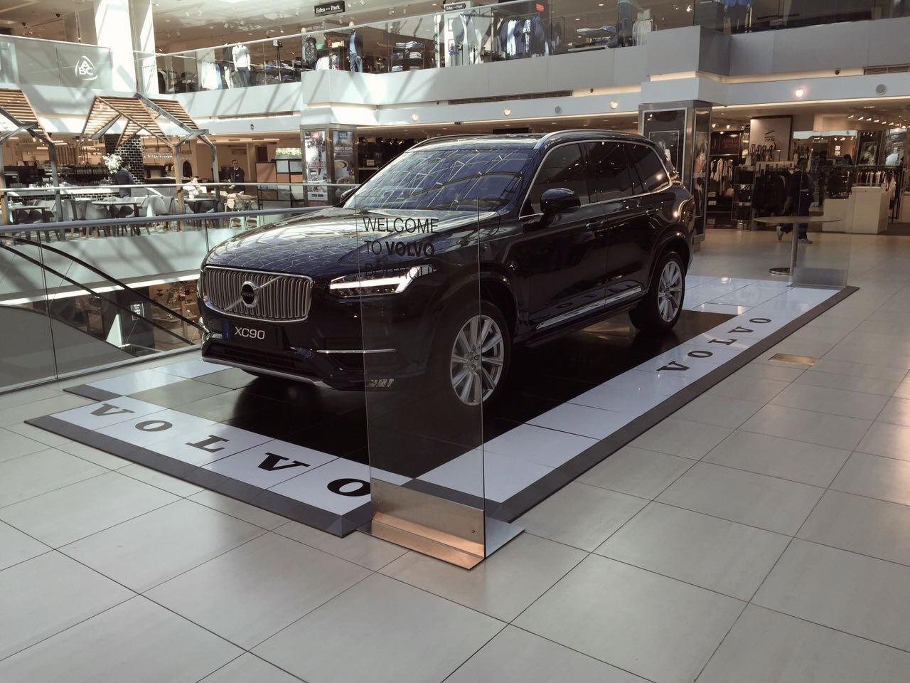 Schwarzes Auto auf bedruckbaren Bodendisplay