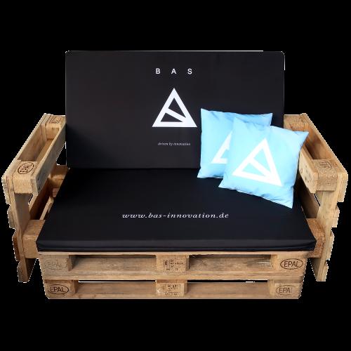 Paletten Sofa mit schwarzer BAS Auflage und blauen Kissen mit Logo