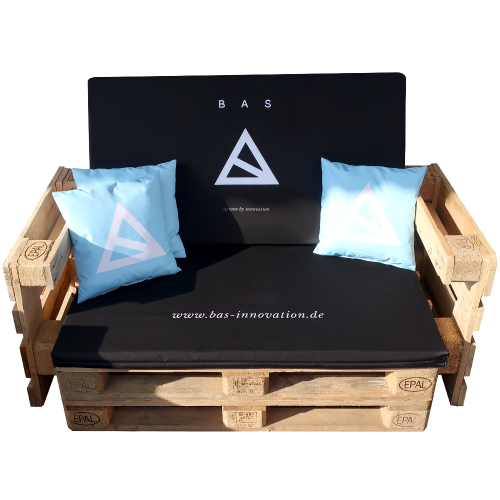 Palettensofa mit schwarzem Stoff und blauen Kissen von BAS
